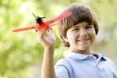 ребенок играем самолетом